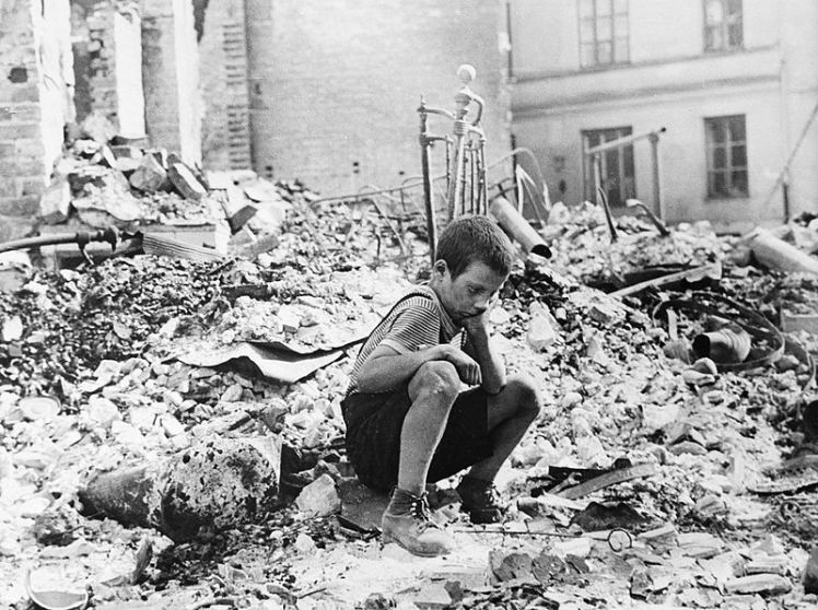 800px-polish_kid_in_the_ruins_of_warsaw_september_1939